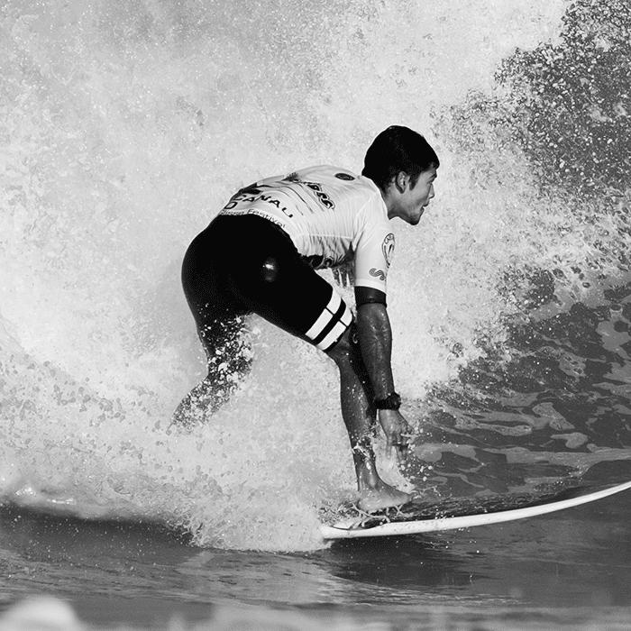 Gesunder Mann auf Surfbrett
